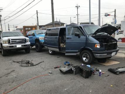 在庫車両のダッジバンの修理など